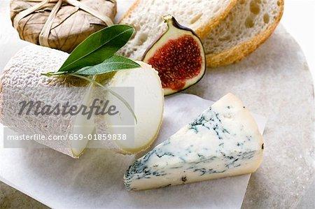 Fromage nature morte avec du pain et la moitié de la figue