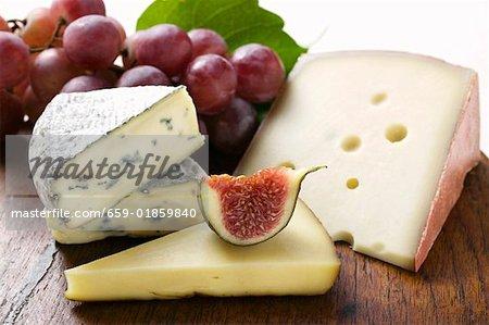 Fromage nature morte avec figues et raisins