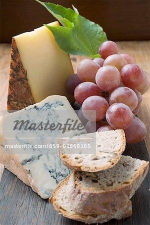 Morceaux de l'Appenzeller et fromage bleu, raisin rouge, pain
