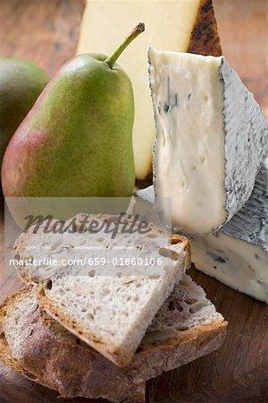 Morceaux de l'Appenzeller et fromage bleu, poires, pain