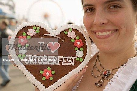 Femme au cœur de la miellerie (fête de la bière, Munich)