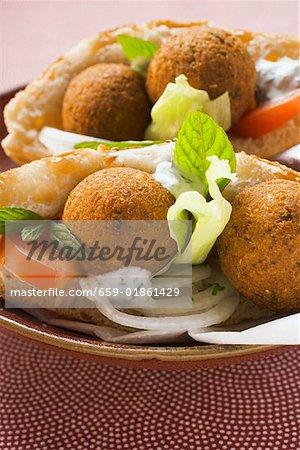 Falafel (boulettes de pois chiche) dans pain plat