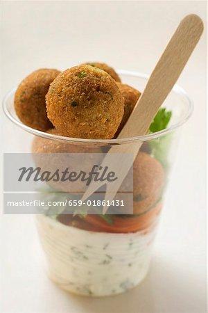 Falafel (Bälle Küken-Phenylethylamin) mit Joghurt-Sauce im Becherglas