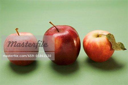 Trois pommes rouges, variétés Stark et Elstar