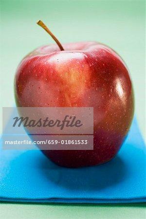 Pomme rouge, variété Stark, sur une serviette bleue