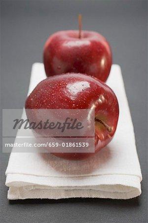 Deux pommes rouges, variété Stark, sur toile de lin