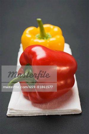 Deux poivrons (jaune, rouge), sur toile de lin blanc