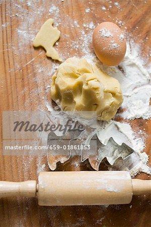 Biskuitteiges, Kekse Schneidgeräte, Mehl, Ei und Nudelholz