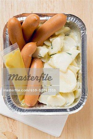 Saucisses de Francfort, de salade de pommes de terre & de moutarde dans une boîte en aluminium
