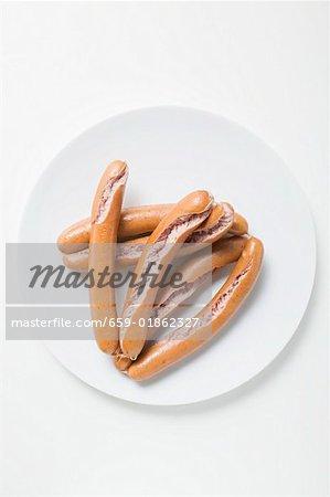 Éclater les saucisses sur la plaque