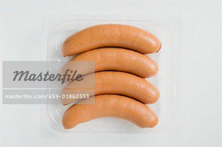 Saucisses de Francfort dans le plateau en plastique