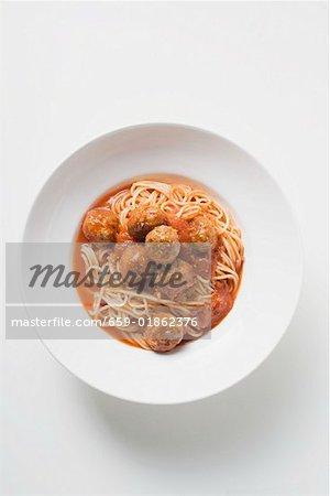 Spaghetti avec boulettes de viande et sauce tomate