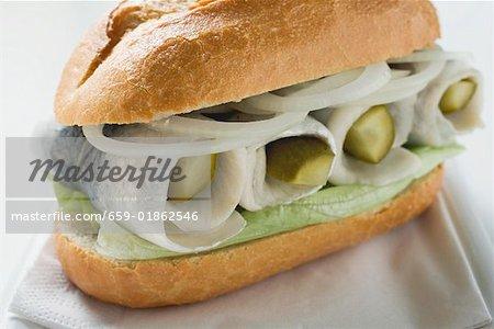 Hering, Zwiebeln und Cornichons in Brot Rollen