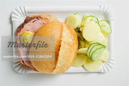 Leberk0se im Brötchen mit Senf & Kartoffel-Salat auf Pappteller