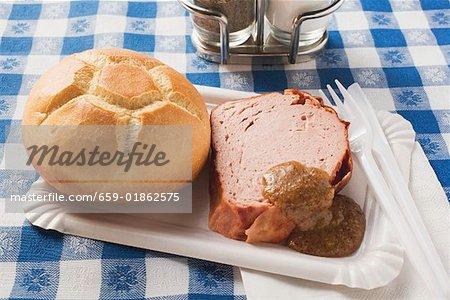 Leberk0se mit Brötchen & Senf auf Pappteller