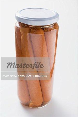 Saucisses de Francfort dans un bocal