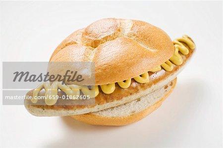 Wurst und Senf in Brot Würfeln