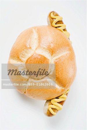 Wurst und Senf in Brot Würfeln (obenliegende Ansicht)
