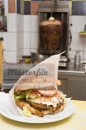 Pain pita falafel sur situé en face de döner grill