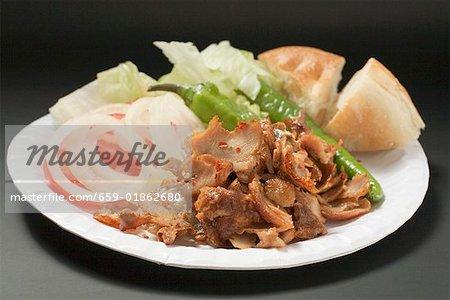 Viande de Döner avec légumes et pain plat sur une assiette en carton