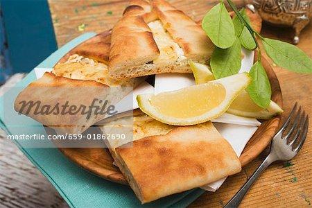 Lahmacum (pizza turque) avec du fromage de brebis de remplissage