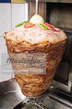 Döner kebab à broche dans la cuisine d'un snack bar