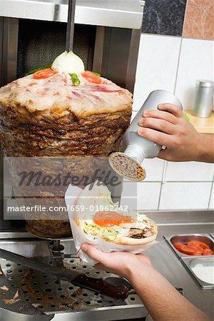 Saupoudrer d'assaisonnement sur un döner kebab