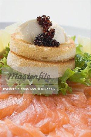 Frischkäse und Kaviar auf Toast auf Räucherlachs