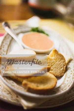 Geröstetes Brot mit Fisch und Streichkäse
