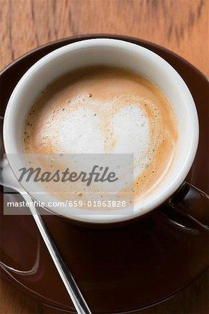 Espresso avec une mousse de lait en forme de coeur (vue aérienne)