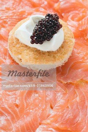 Geräucherter Lachs mit Toast, Crème Fraîche und Kaviar