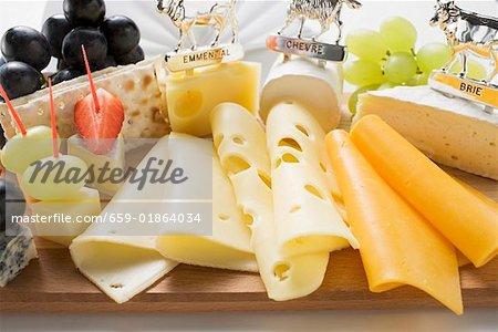 Plateau de fromages avec raisins et craquelins