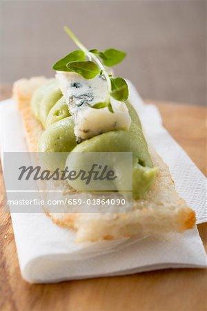 Bruschetta mit Avocado zu verbreiten und Blauschimmelkäse