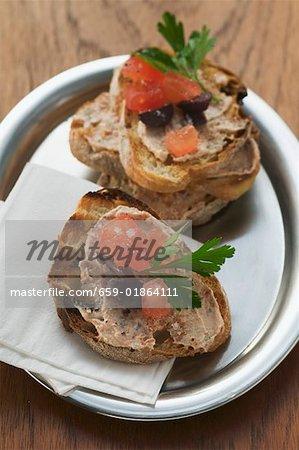 Crostini mit Thunfisch zu verbreiten und Tomaten