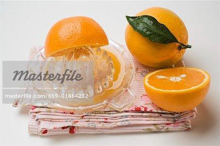 Oranges avec presse-agrumes citrus