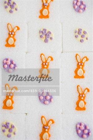 Sucre en cubes avec des décorations de Pâques (full-frame)