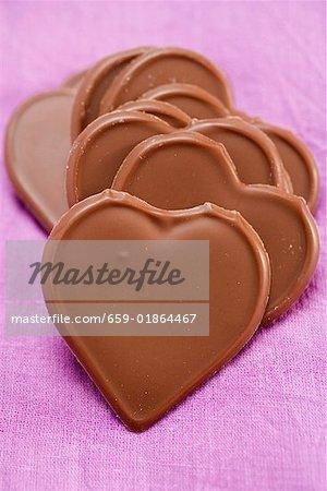 Coeurs de chocolat sur fond violet