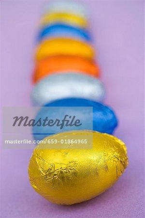 Oeufs en chocolat emballées dans du papier coloré