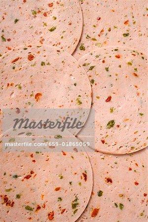 Plusieurs tranches de Pikantwurst (saucisse au poivre rouge & vert)