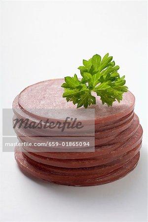 Tranches de saucisse dans une pile