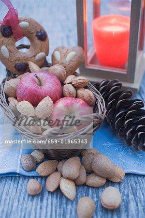 Décoration de Noël avec pommes, noix, bougie & pain d'épice