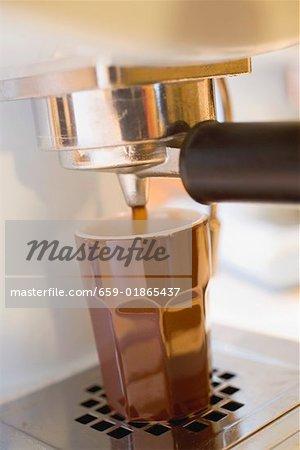 Préparation du café avec la machine à expresso