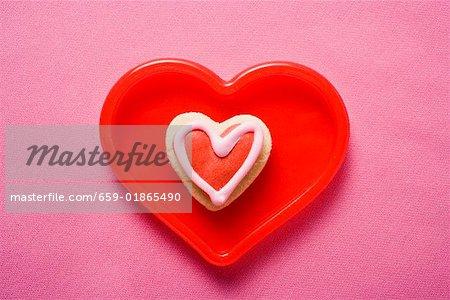 Herzförmige eisgekühlt Keks in rot Schale