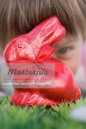 Enfant regardant rouge lapin de Pâques