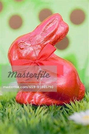 Lapin de Pâques rouge en herbe