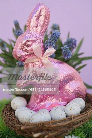 Roses Easter Bunny & oeufs dans le panier, fleurs de printemps