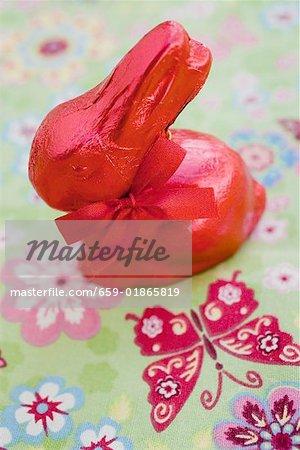 Lapin de Pâques rouge sur les tissus colorés