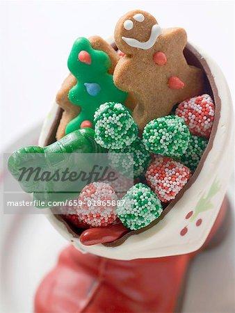 Weihnachtsgebäck und Süßigkeiten in Schokolade boot