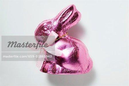 Lapin en chocolat dans du papier rose