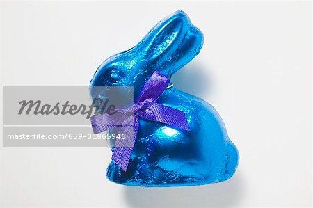 Lapin en chocolat dans du papier bleu